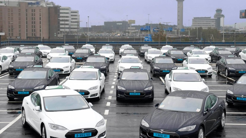 flota taxi tesla model s masini electrice aeroport schipol - floteauto