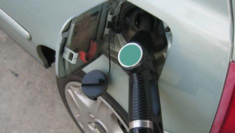 Reducerea accizelor la carburanţi s-a transmis integral în preţ