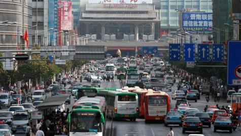 Metropolele chineze limitează înmatriculările. Obţinerea unui număr devine mai scumpă decît maşina