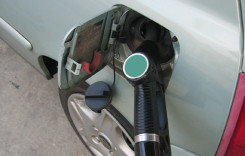 Benzinăriile ar putea fi obligate să afişeze simultan majorările de preţuri la carburanţi