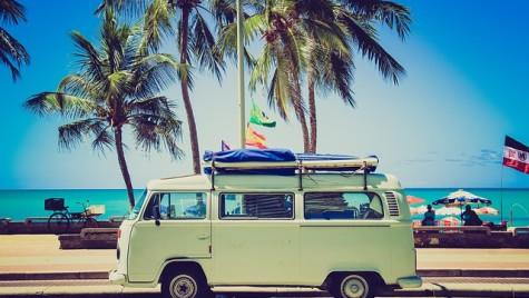 Peste 60% dintre românii care pleacă în vacanţă optează pentru maşina personală