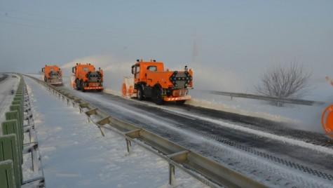 Peste 540 de utilaje ale CNAIR curăţă zăpada de pe şosele