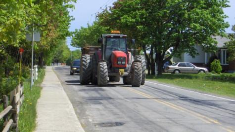 Conducerea unui tractor pe drumurile publice de către o persoană fără permis NU este infracţiune