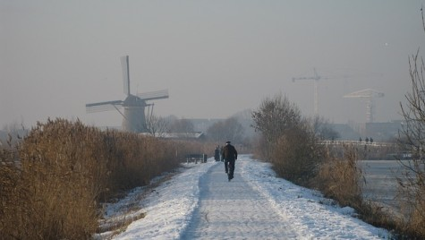 Atenţionare de călătorie în Olanda. Circulaţia rutieră, sub Cod roşu de ninsori