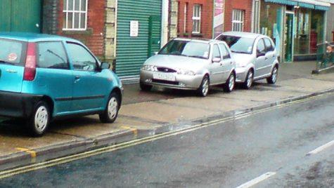 Şi maşinile parcate neregulamentar pe trotuar ar putea fi ridicate