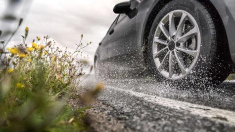 Cum scapi de riscul de acvaplanare pe drumurile umede