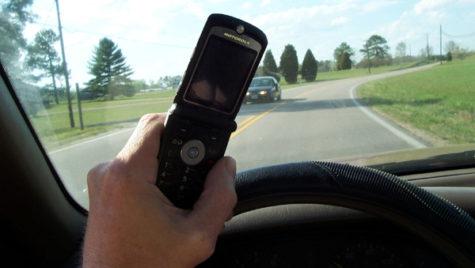 Cum poţi vorbi la telefon când eşti la volan? Ce spune noua lege