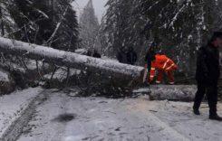 Drumuri închise după mai mult de 12 ore de Cod roşu
