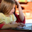 Concediu plătit prelungit pentru părinţii care îşi supraveghează copiii